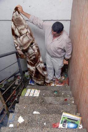 Las escaleras de acceso al interior del edificio llena de basura, e incluso mantas.  Foto: Belén Vargas, Jaime Martínez