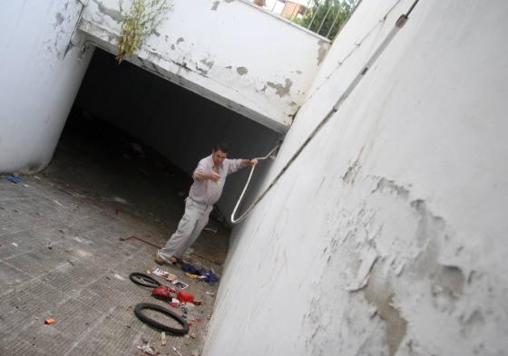 Los cables permanecen sueltos colgando de las paredes sin que se haga nada por ello.  Foto: Belén Vargas, Jaime Martínez