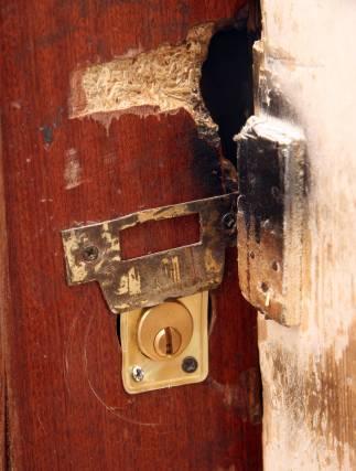 Las cerraduras para acceder a las casas, quemadas.  Foto: Belén Vargas, Jaime Martínez