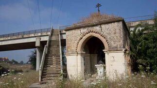 Acceso al templete desde la pasarela que cruza la Ronda Norte.  Foto: Jaime Martínez