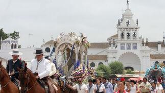 La Hermandad de Huelva inició su camino de vuelta a las dos de la tarde; es la imagen del adiós, con la carreta de plata sobre el fondo de la ermita.  Foto: Reportaje gr?co: Josue Correa