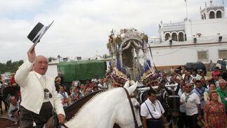 El hermano mayor, Julián Pérez, da los últimos vivas a la Blanca Paloma ante su santuario.   Foto: Reportaje gr?co: Josue Correa
