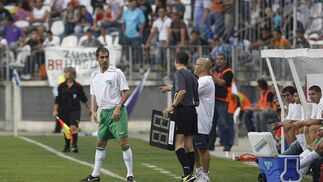 El momento en el que Guardiola saltó al campo.   Foto: Sergio Camacho