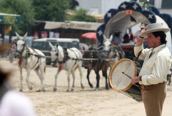 El tamborilero pone música a la partida de los romeros desde la aldea.   Foto: Reportaje gr?co: Josue Correa