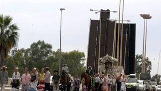 Los romeros de El Cerro cruzan el puente de las Delicias.  Foto: Belén Vargas, Manuel Gómez