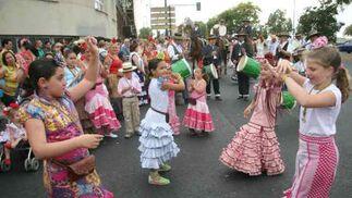 Las pequeñas romeras de la hermandad de La Macarena bailan sevillana a la entrada a Sevilla.  Foto: Belén Vargas, Manuel Gómez
