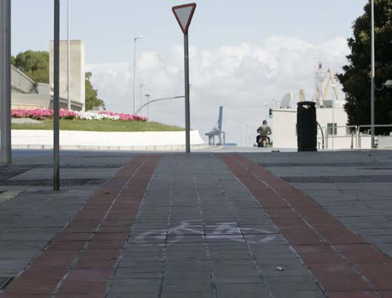Momento en que acaba la acera-bici de la avenida Juan Carlos I, en la glorieta de San Severiano.   Foto: Lourdes de Vicente