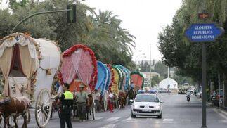 Las carretas de Sevilla-El Salvador entran en la glorieta República Dominicana.  Foto: Belén Vargas, Manuel Gómez