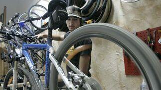 Shindo Celada (foto) regenta junto a Mayte Vidal la tienda-taller 'Urban Bike', única que además de vender bicis (nuevas y de segunda mano), las alquila y repara.   Foto: Lourdes de Vicente