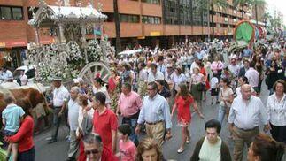 El Simpecado de Sevilla estuvo acompañado de muchos fieles a su llegada a Sevilla.  Foto: Belén Vargas, Manuel Gómez