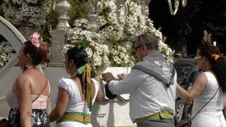 Los fieles gastan sus fuerzas tirando del Simpecado.  Foto: Belén Vargas, Manuel Gómez