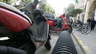 En la ciudad hay escasos aparcamientos para bicicletas. Éste, en la plaza de Diputación, se vuelve inservible si una moto se sitúa en esta posición.   Foto: Lourdes de Vicente