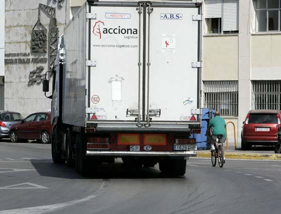 Los ciclistas se ven obligados en muchos tramos a compartir pavimento con grandes camiones que no siempre respetan la distancia de seguridad.   Foto: Lourdes de Vicente