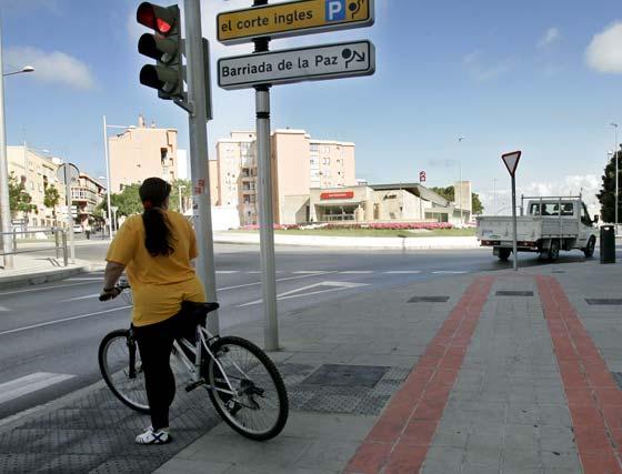 Algunos ciclistas optan por cruzar y continuar por la Avenida o calles paralelas.   Foto: Lourdes de Vicente