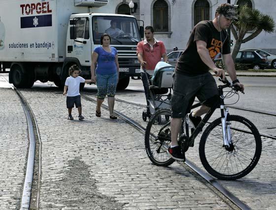 En la entrada del muelle, los raíles por los que un día circuló el tranvía pueden hacer fácilmente resbalar al ciclista.   Foto: Lourdes de Vicente