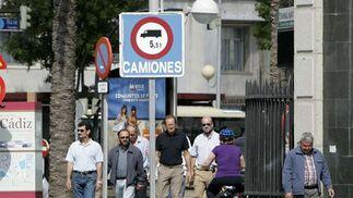 Por las aceras, es frecuente tener que parar porque los peatones ocupan el ancho de la calle, así recibir críticas de estos.   Foto: Lourdes de Vicente