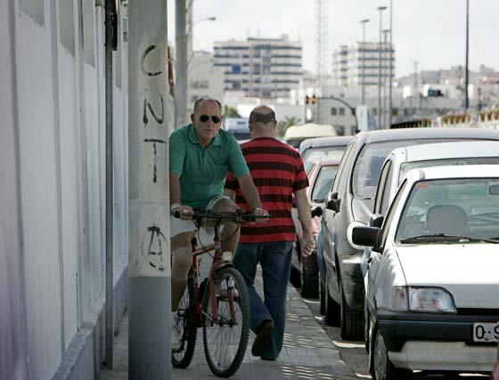 En la carretera industrial, ir por el asfalto es peligroso, e ir por la acera es incómodo y molesto para ciclistas y peatones.   Foto: Lourdes de Vicente