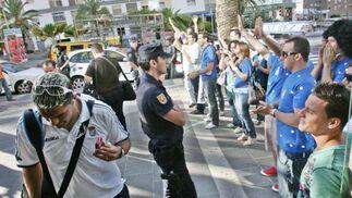 La expedición azulina fue recibida por numerosos aficionados en el hotel de concentración del Xerez en Tenerife  Foto: Pascual