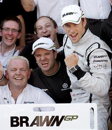 Barrichello (en el centro) y Button (a la derecha) celebran con el equipo Brawn GP la victoria del segundo.  Foto: AFP Photo / Reuters / EFE