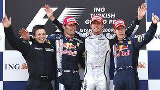 Peter Bonnington, miembro del equipo de Brawn GP, junto a Webber, Button y Vettel.  Foto: AFP Photo / Reuters / EFE
