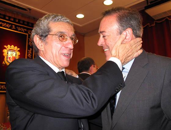 Braulio Medel saluda a Manuel Atencia, vicepresidente primero de Unicaja.  Foto: VICTORIA RAMÍREZ