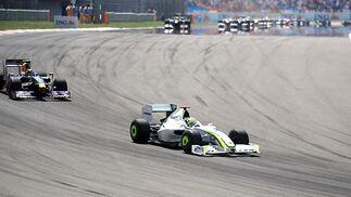 Button, en cabeza, por delante de Vettel. El inglés de Brawn GP ya no perdería el liderazgo de la carrera.  Foto: AFP Photo / Reuters / EFE