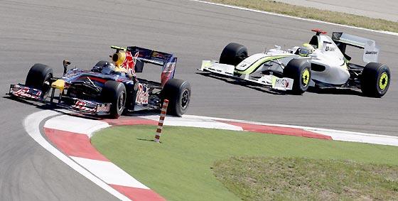 Button acecha a Vettel. No tardaría en adelantarle.  Foto: AFP Photo / Reuters / EFE
