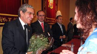 Braulio Medel recibió un ramo de flores de alumnos del Colegio Mayor San Juan Evangelista de Madrid, gestionado por la Obra Social de Unicaja.  Foto: VICTORIA RAMÍREZ