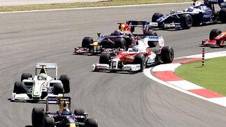 Compases iniciales de la carrera, con Vettel todavía por delante de Button.  Foto: AFP Photo / Reuters / EFE
