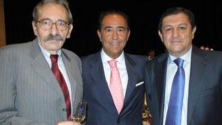 Agustín Molina, secretario general del Consejo de Administración de Unicaja; Miguel Ángel Cabello, director general de Unicaja, y Juan Fraile, vicepresidente del Consejo de Administración de Unicaja.  Foto: VICTORIA RAMÍREZ