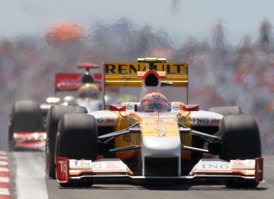 Alonso, perseguido por Hamilton (McLaren).  Foto: AFP Photo / Reuters / EFE