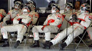Los mecánicos de McLaren, a la espera.  Foto: AFP Photo / Reuters / EFE