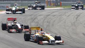 Nelson Piquet (Renault), por delante del vigente campeón, Lewis Hamilton (McLaren), que volvió a quedarse sin puntuar.  Foto: AFP Photo / Reuters / EFE