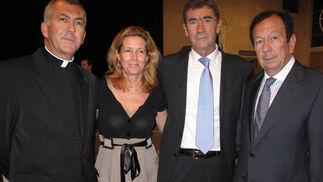 Tomás Cano,vicario general de Almería; María José Suárez, Tomás Herrera, alcalde de Algeciras, y Luis Reina, diputado provincial de Málaga.  Foto: VICTORIA RAMÍREZ