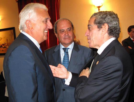 Medel conversa con Santiago Herrero, presidente de CEA; y Antonio Ponce, presidente del Consejo Andaluz de Cámaras de Comercio.  Foto: VICTORIA RAMÍREZ