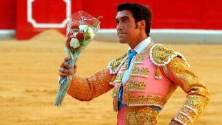 """El """"Güejareño"""", Jose Antonio Cejudo, luciendo un precioso traje de rosa y oro, estuvo digno en sus dos toros, aunque le pesó la responsabilidad en algunas fases. El público agradeció su esfuerzo premiandolo con una oreja.  Foto: Patri Díez"""