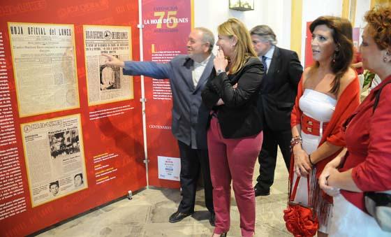 El alcaide del Alcázar, la delegada de Hacienda, la presidenta de la APS y la diseñadora de la exposición, durante la inauguración de la muestra.