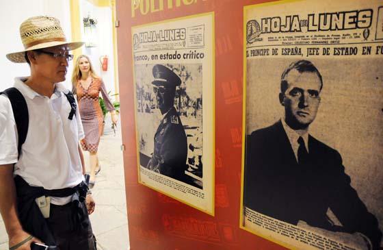 Un turista observa las portadas con la agonía de Franco y la llegada al poder de don Juan Carlos.