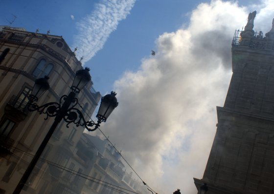 Columna de humo en la Avenida tras el percance en Casa Robles.  Foto: Marisa Rivera