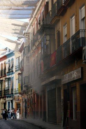 El humo sale de Casa Robles situado en la calle Álvarez Quintero.  Foto: Marisa Rivera