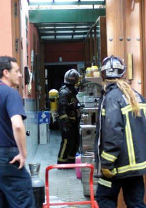 Los bomberos entran por la cocina de Casa Robles.  Foto: Marisa Rivera