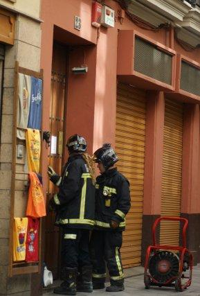 Dos bomberos acceden al interior del resturante.  Foto: Marisa Rivera