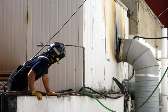 Un bombero mira detenidamente los daños causados a la chimenea.  Foto: Marisa Rivera