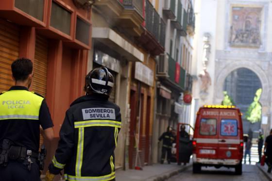 Un bombero y un policía observan el humo que sale de la parte trasera del restaurante.  Foto: Marisa Rivera