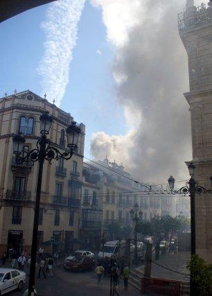 El humo provocó un grave susto entre los transeúntes que se encontraba en los alrededores de la Catedral.  Foto: Marisa Rivera