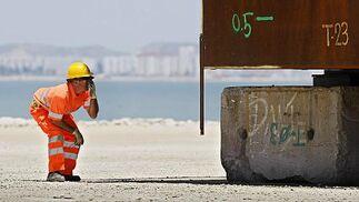 El cajón para el encofrado de la pila número 12 del nuevo puente llega a la Bahía.   Foto: Julio Gonzalez