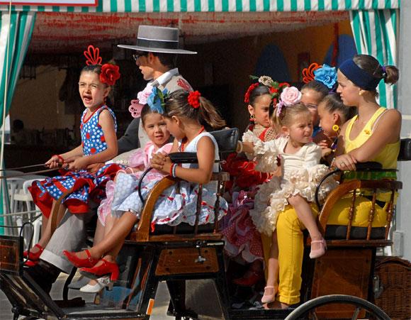 Esta jornada se caracterizó por el sofocante calor y se centró en el disfrute de niños y mayores  Foto: Paco Periñán