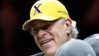 """El entrenador de los Lakers, Phil Jackson, con una gorra en la que se puede leer un """"diez"""" en números romanos, la cifra de campeonatos de la NBA que ha ganado como técnico."""