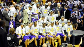 La plantilla de los Lakers posa con la copa.