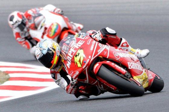 El piloto español de 250cc Álvaro Bautista del equipo Mapfre Aspar conduce su Aprilia por el trazado catalán